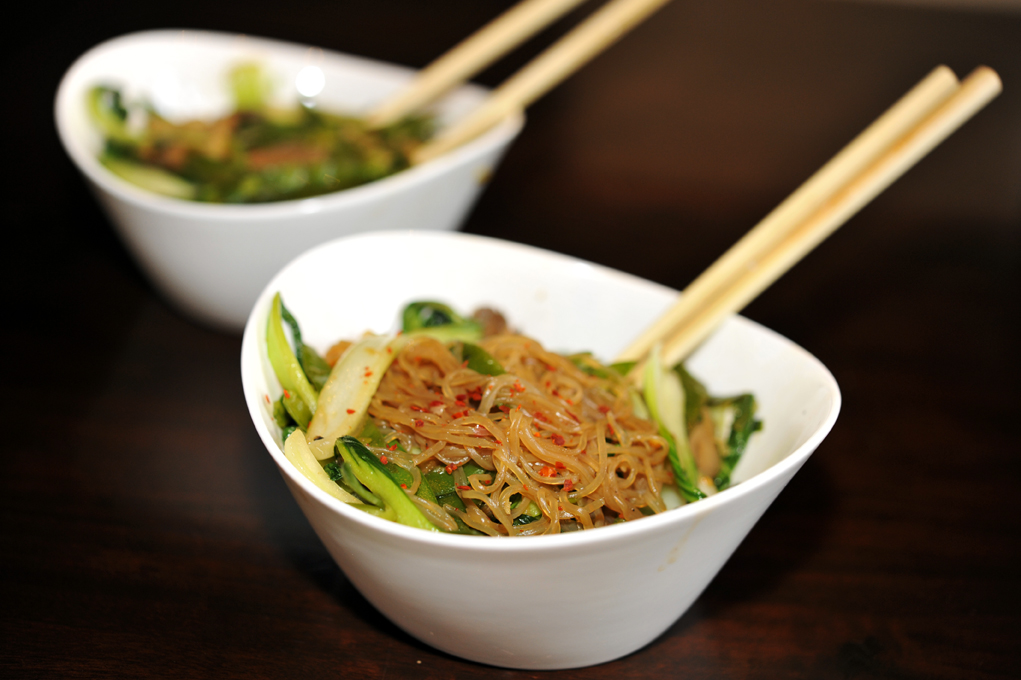 vegane Nudeln aus der Konjak-Pflanze mit Wok-Gemüse